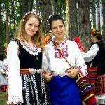 красиви момичета в народни носии на фестивала в Жеравна