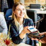 момиче плаща на ПОС терминал с телефона