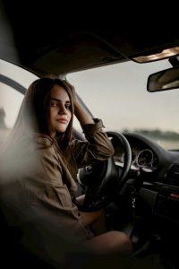 момиче шофира