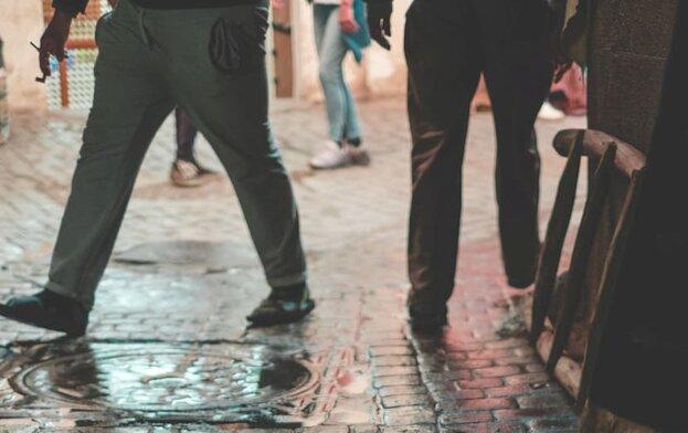 два чифта крака, които се разминават по улицата